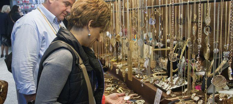 Foto: Manolis Poliudakis trabaja en su puesto de venta de joyas en el metro de Atenas (Héctor Estepa).