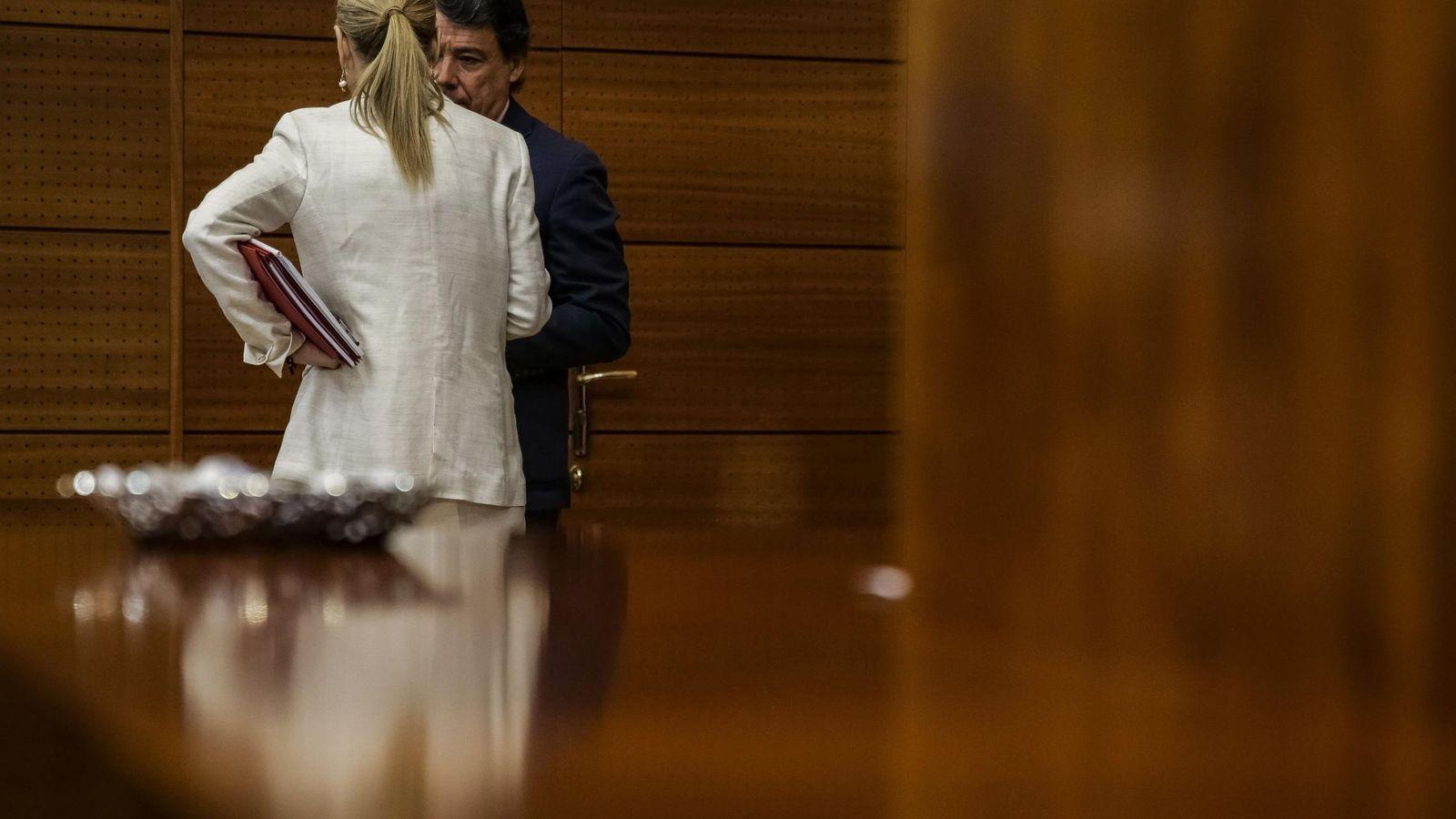 Foto: Cristina Cifuentes, de espaldas, hablando con Ignacio González.