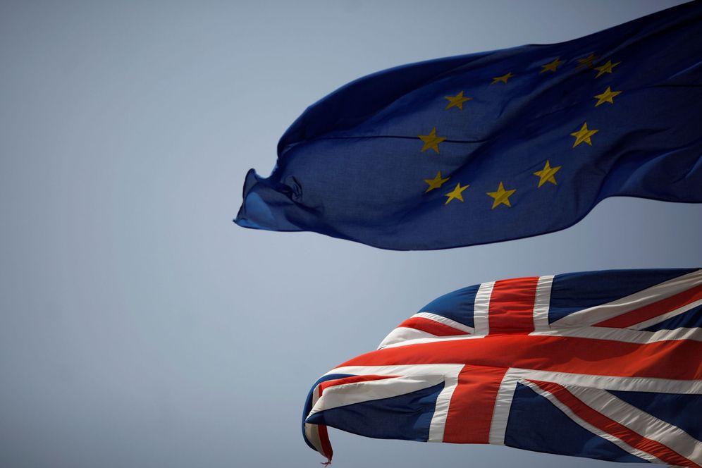 Foto: Foto de archivo de una bandera británica junto a la europea. (Reuters)