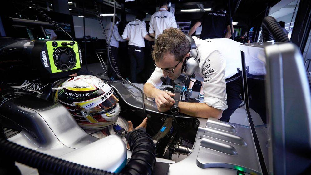 Foto: Lewis Hamilton charlando con su ingeniero durante la pasada campaña (Foto: Twitter @LewisHamilton).
