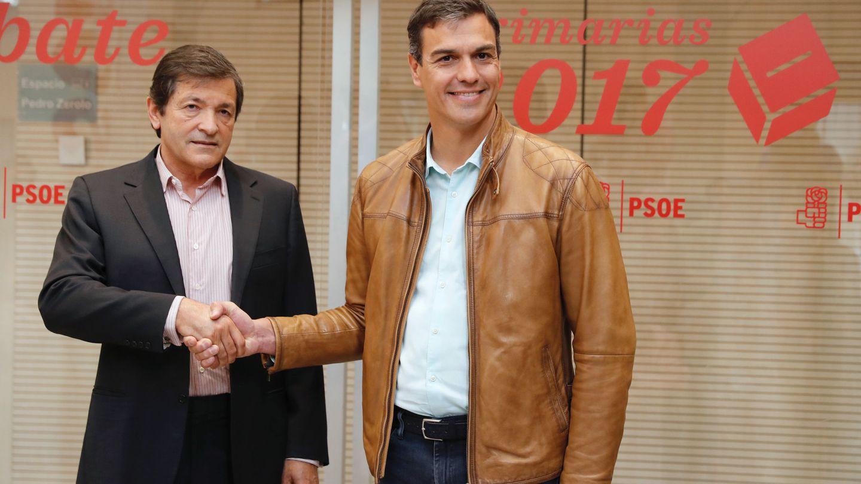 Javier Fernández saluda a Pedro Sánchez a su llegada al debate de los tres candidatos a la secretaría general del PSOE, el pasado 15 de mayo en Ferraz. (EFE)
