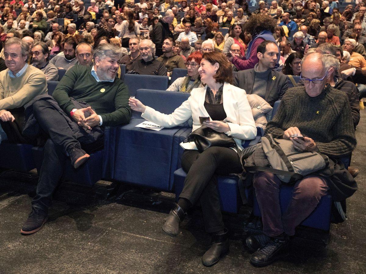 Foto: Josep Cruanyes (d), responsable de la Associació de Foment de la Caixa de Solidaritat, con la presidenta de la ANC, Elisenda Paluzie (2d), en 2018. (EFE)