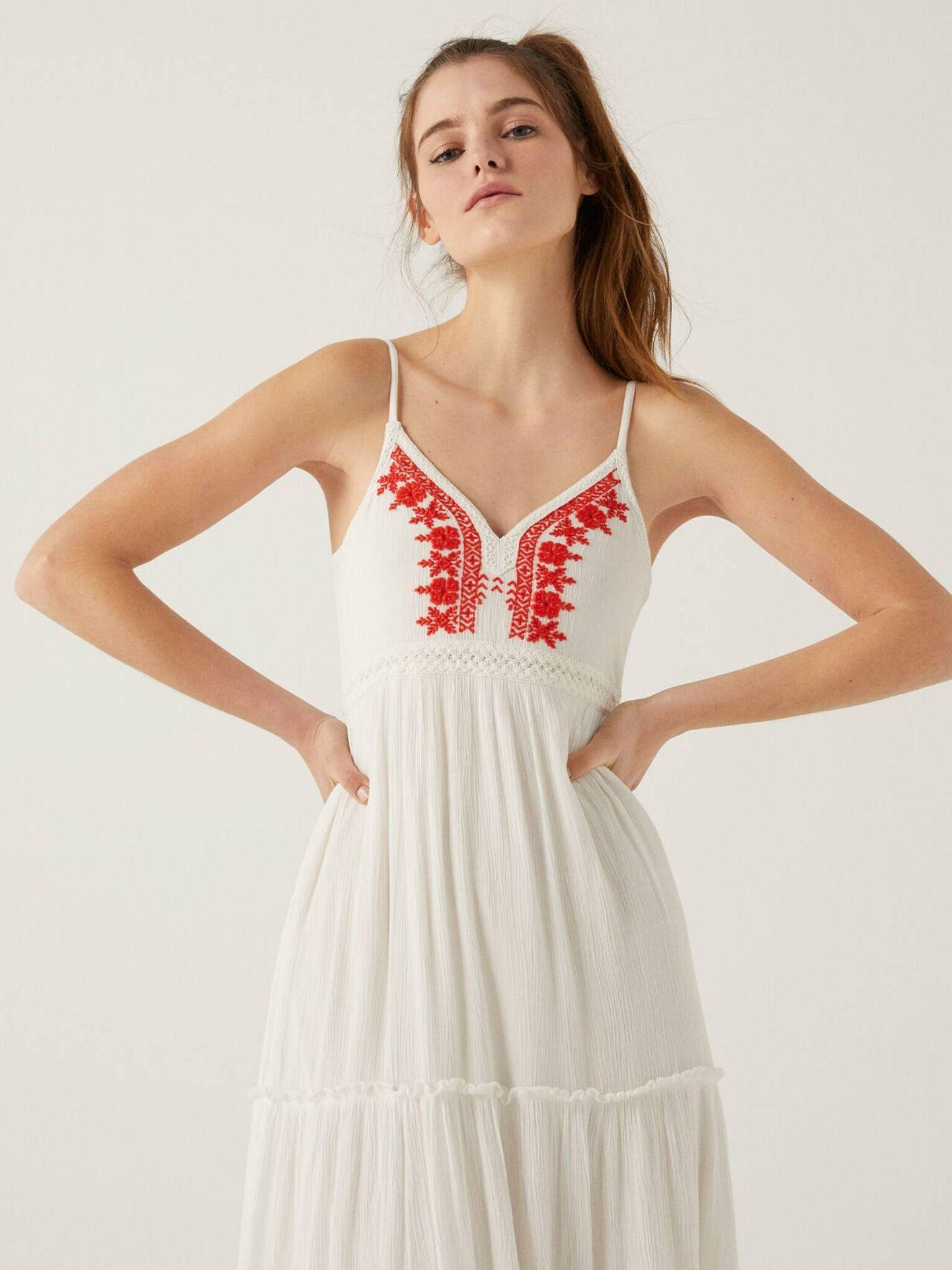 Vestido blanco de Springfield con detalles bordados en rojo. (Cortesía)