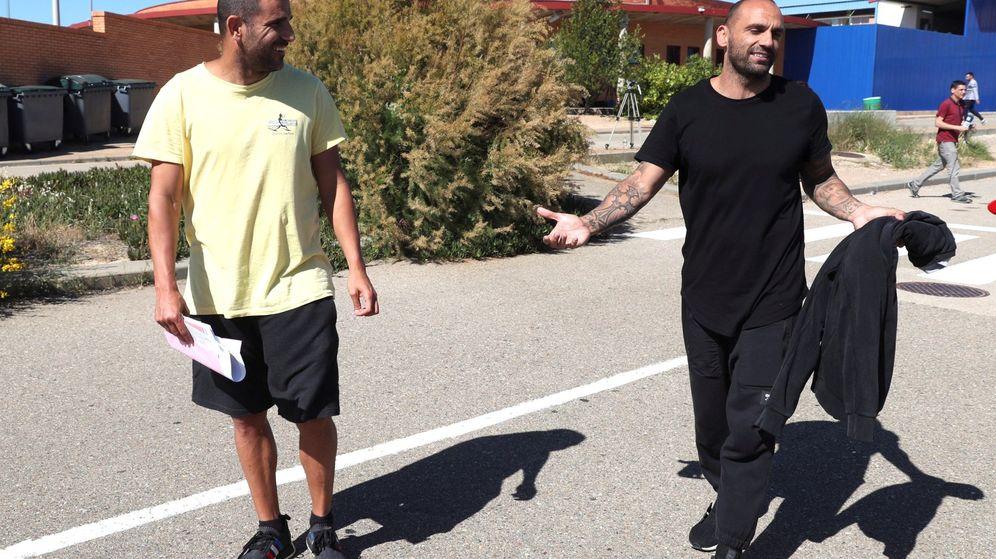 Foto: Aranda y Bravo, tras abandonar la prisión de Zuera, el pasado 31 de mayo. (EFE)