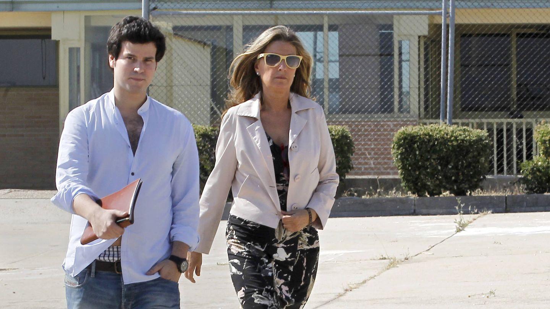 Rosalía Iglesias y su hijo Willy Bárcenas saliendo de la prisión de Soto del Real. (EFE)