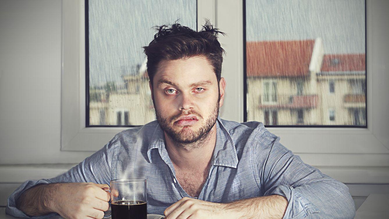 Foto: Todos podemos tener un mal día, pero sumergirnos en la tristeza crónica arruina nuestra vida y la de quien nos rodea. (iStock)