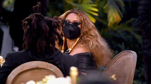 Boas, mascarillas, guantes imposibles... Los accesorios de los Grammy