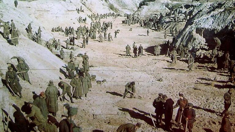 Judíos obligados a cavar sus propias tumbas | Septiembre 1941