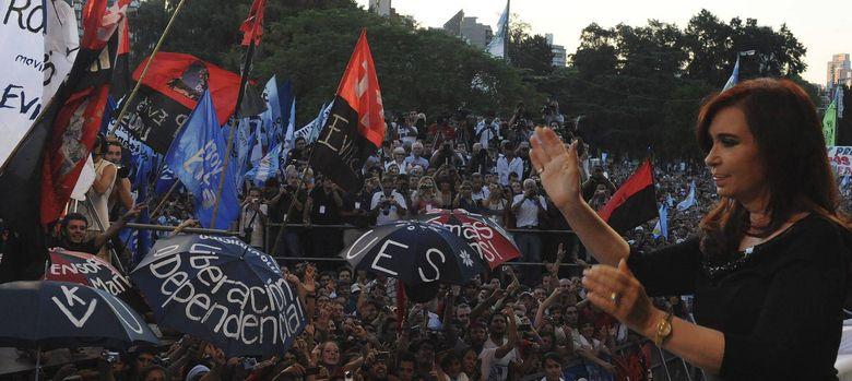 Foto: La presidenta Cristina Fernández saluda a los asistentes  a un acto en Rosario (Efe).