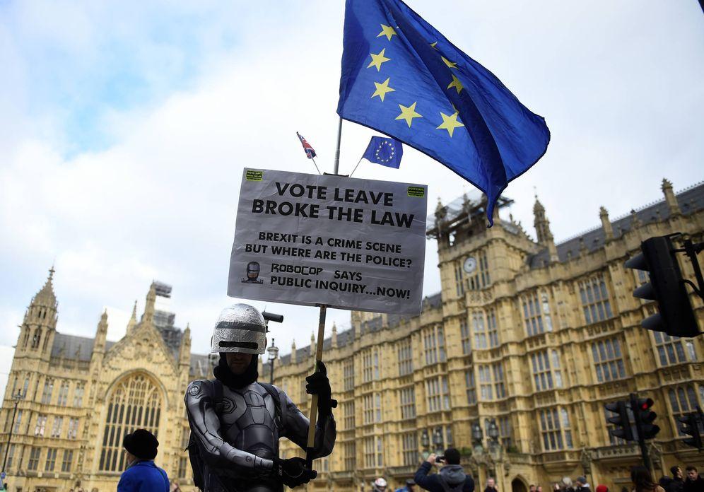 Foto: Un manifestante antiBrexit sostiene una pancarta ante el Parlamento británico, en Londres. (Reuters)