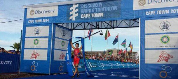 Foto: Gómez Noya cruzando la meta en Ciudad del Cabo (FETRI).