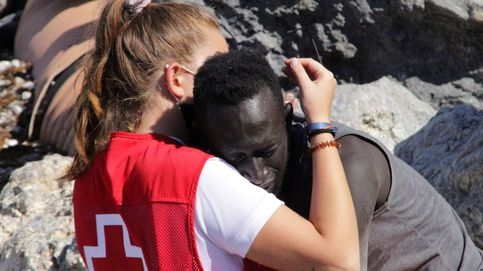 Las redes se vuelcan con la voluntaria de la Cruz Roja que abrazó a un inmigrante: #GraciasLuna