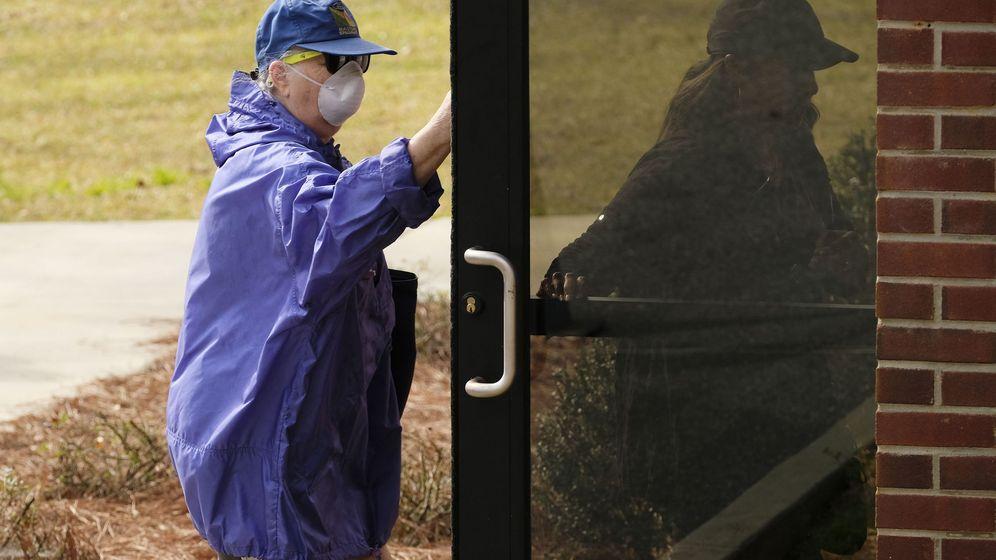 Foto: Dos ciudadanos americanos protegidos con mascarilla. (Reuters)