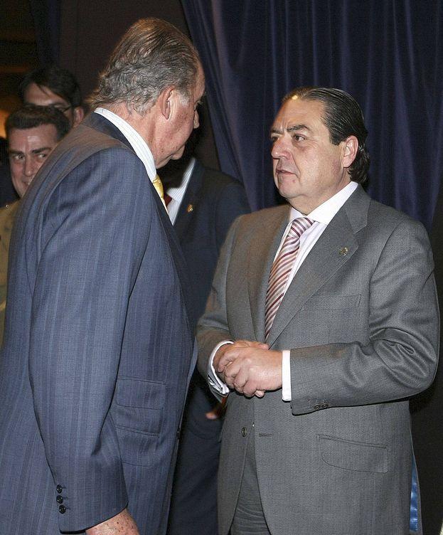 Foto: El rey Juan Carlos conversa con Vicente Boluda.