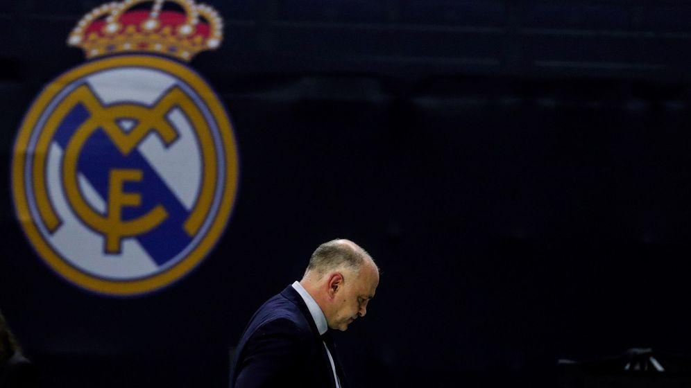 Foto: Pablo Laso, cabizbajo, durante el partido de la Euroliga entre el Real Madrid y el Valencia Basket. (Efe)