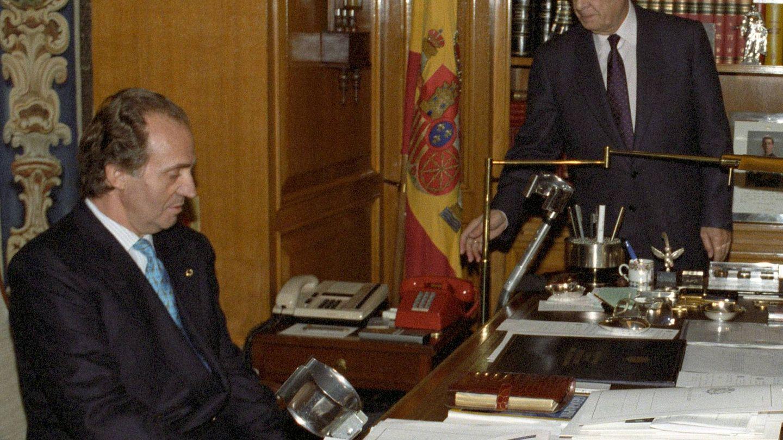 Sabino Fernández Campo junto al Rey Juan Carlos en una imagen de archivo de 1992. (EFE)
