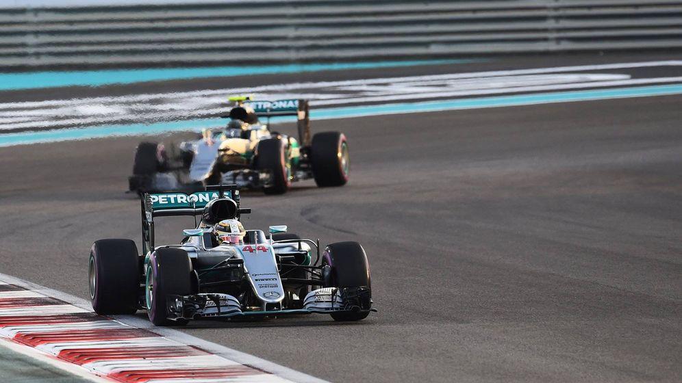 Foto: Hamilton y Rosberg, en la carrera de este domingo en Abu Dabi.