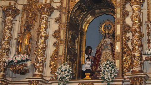 Posse, secretaria de Laicidad del PSOE-M, entrega el bastón de mando a la Virgen