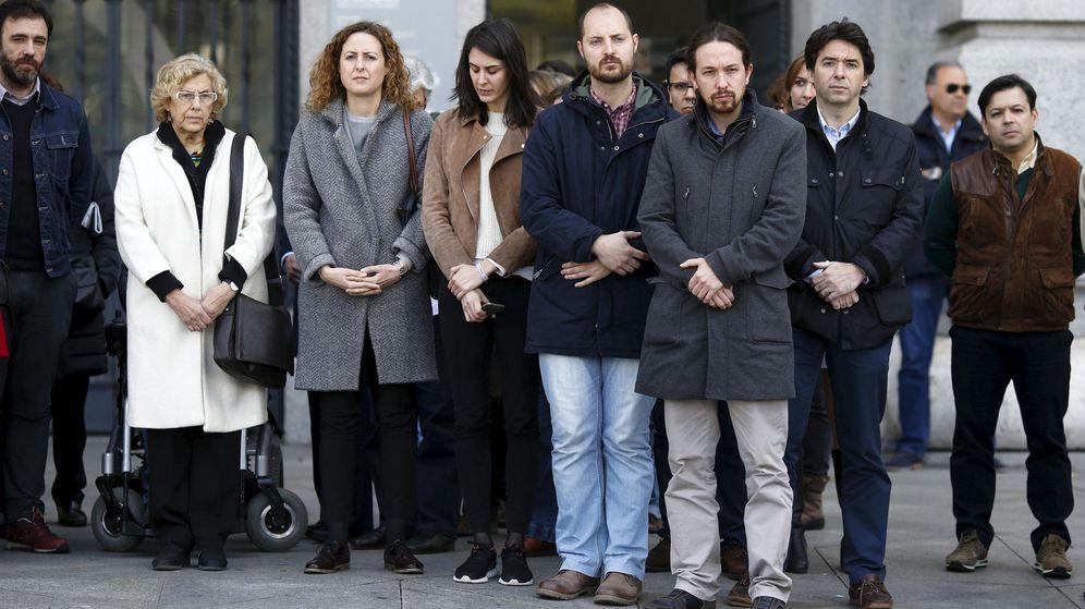 Foto: La alcadesa de Madrid, Manuela Carmena, guarda un minuto de silencio en apoyo a las víctimas del atentado de Bruselas junto a Pablo Iglesias y otros concejales. (Reuters)