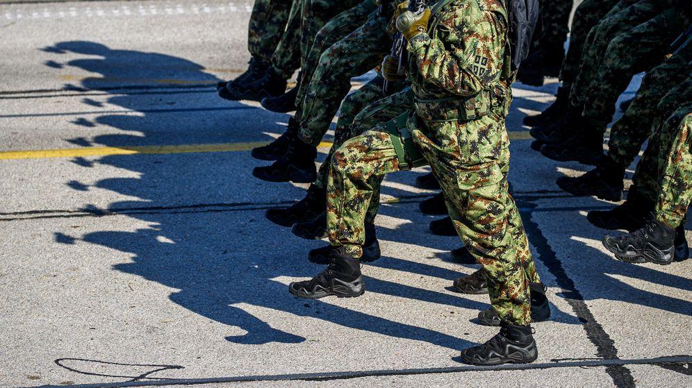 Foto: El soldado se encontraba vigilando la base cuando ocurrieron los hechos (EFE EPA/Srdjan Suki)