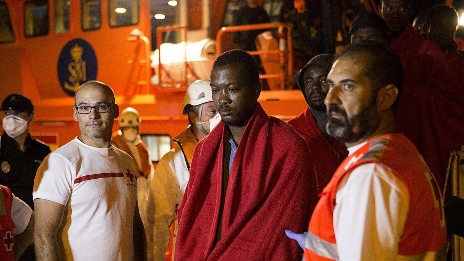 Foto: Inmigrante llegado a las costas españolas atendida por los cuerpos de Salvamento. (EFE)