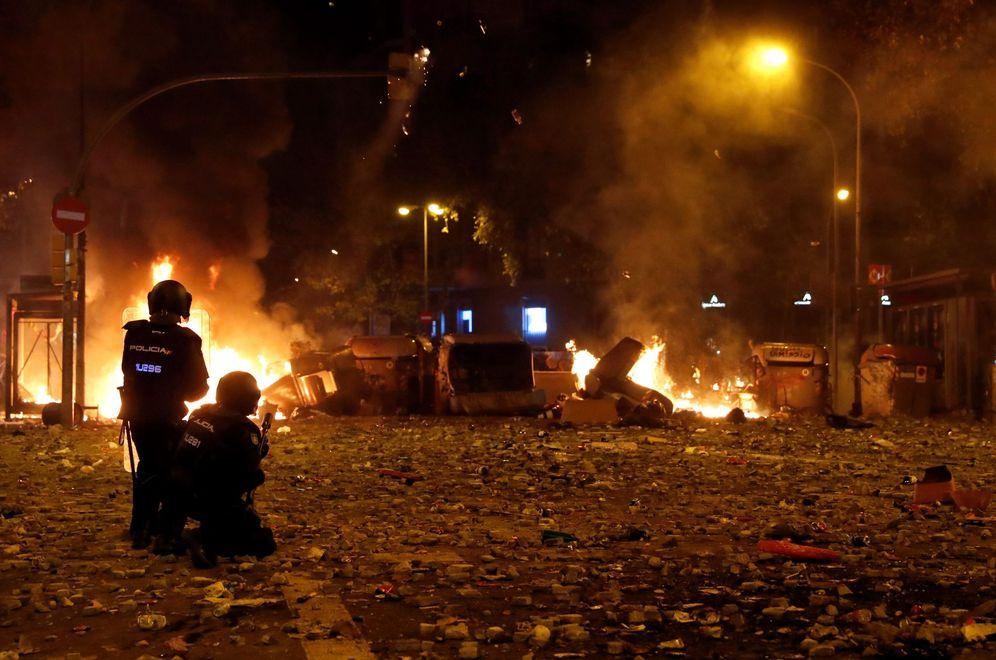 Foto: Un grupo de policías durante los altercados de este viernes en Barcelona, en la quinta noche de disturbios. (EFE)