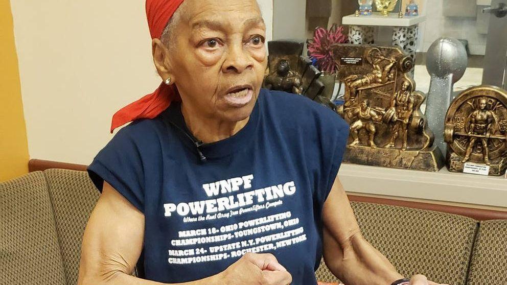 Una abuela de 82 años tumba a un ladrón de 29 con una mesa: era culturista