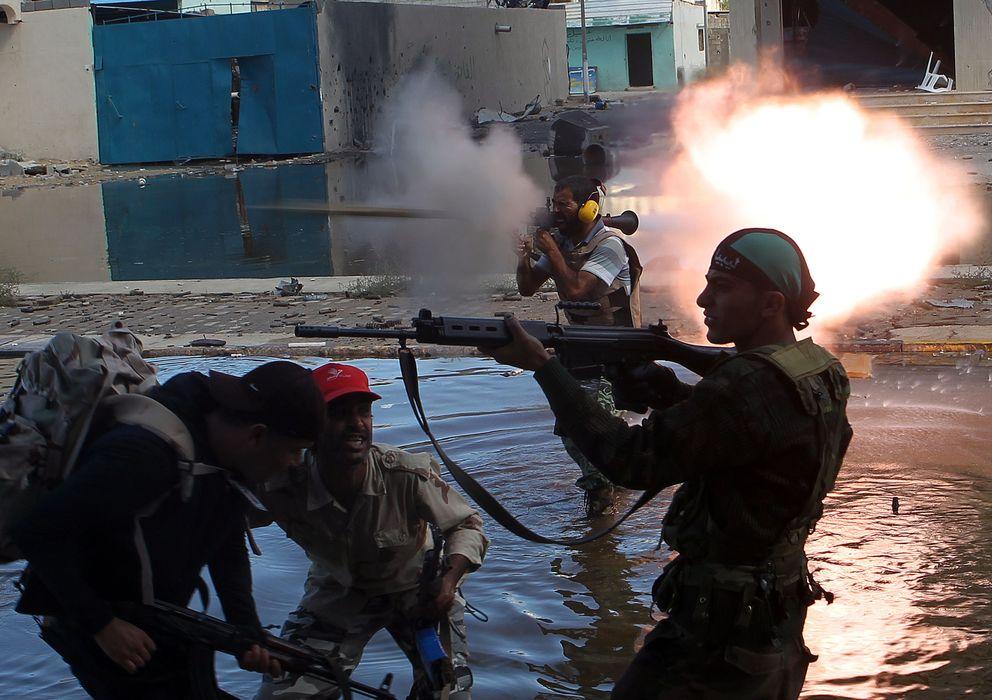 Foto: Rebeldes libios disparan contra efectivos de Gadafi durante combates en Sirte, en octubre de 2011 (Reuters).