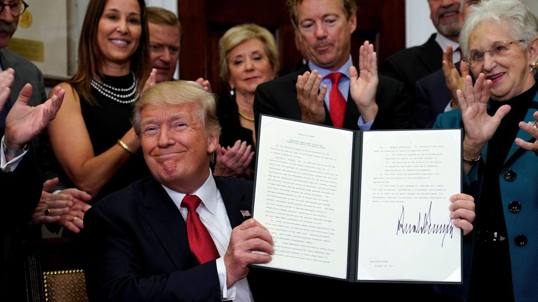 Donald Trump firma una orden ejecutiva para facilitar la contratación de planes privados de cobertura médica. (Reuters)