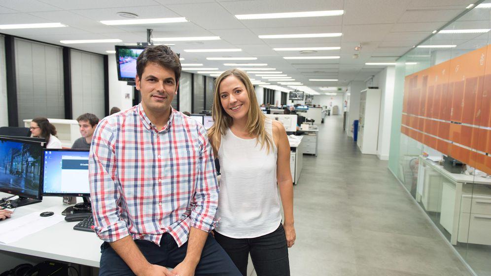 Foto: José María Olmo y Ana I. Gracia, en la redacción de 'El Confidencial'. (EC)