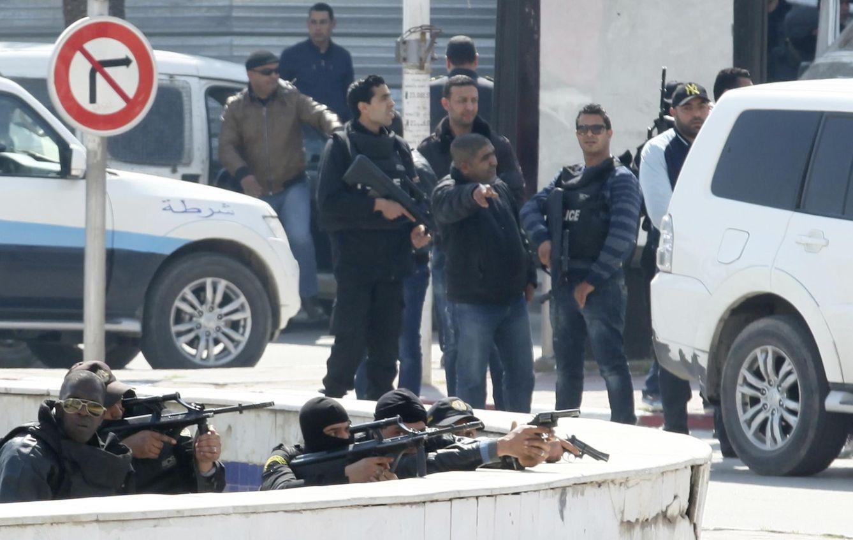 Foto: Agentes de policía armados en las inmediaciones del Parlamento tunecino poco después del intento de asalto (Reuters).