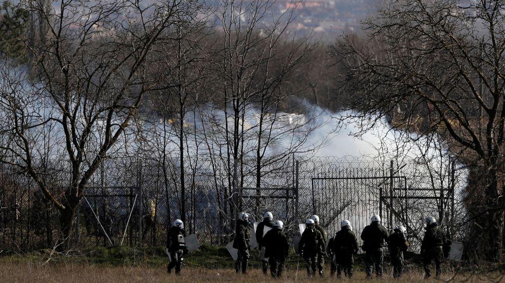 Foto: Oficiales de Policía griegos en la frontera con Turquía. (Reuters)