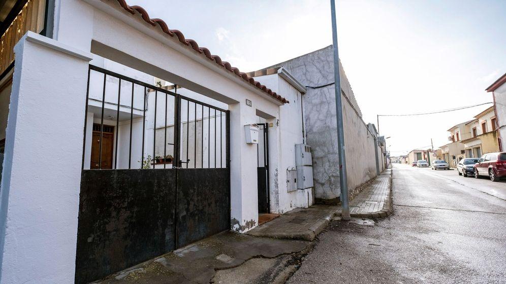 Foto: La casa donde ha tenido lugar el suceso en La Puebla de Almoradiel. (EFE)