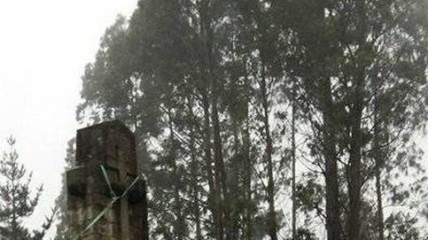Cuatro heridos en el derrumbe de una cruz franquista al impactarles las piedras