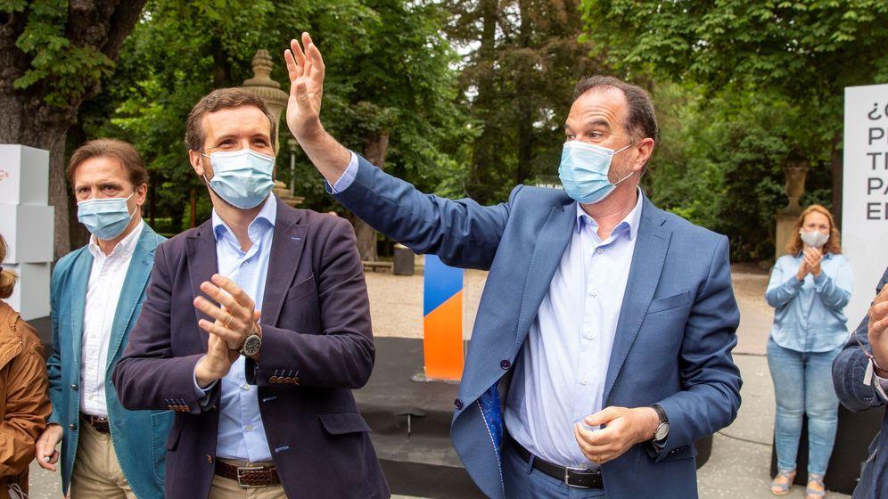 Foto: El presidente del PP, Pablo Casado (i), y el candidato a lehendakari por la coalición PP+Cs, Carlos Iturgaiz (EFE)