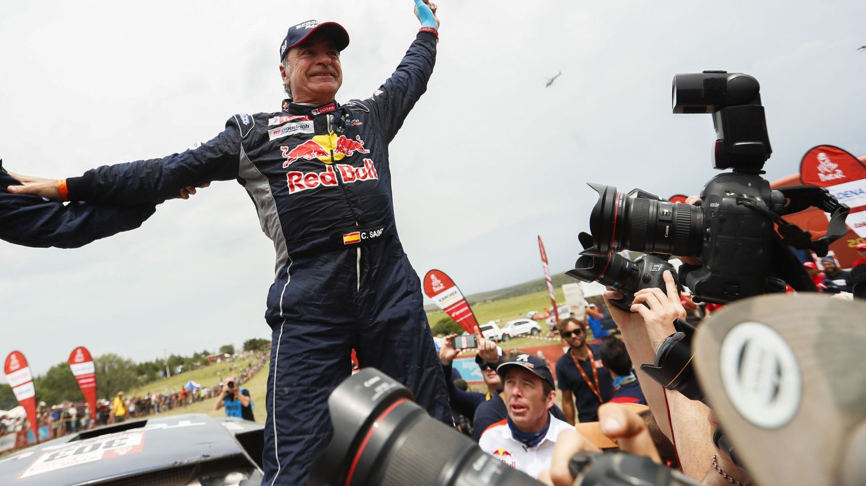 Carlos Sainz, nada más certificar el triunfo en el Dakar 2018. (EFE)