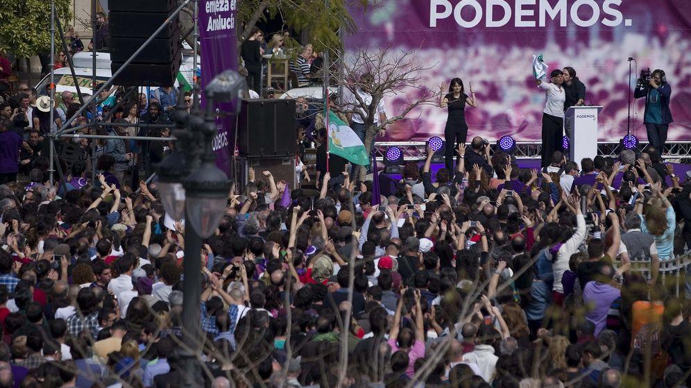Foto: El líder de Podemos Pablo Iglesias besa a la candidata a la presidencia de la Junta de Andalucía por dicho partido, Teresa Rodríguez. (EFE/Jorge Zapata)