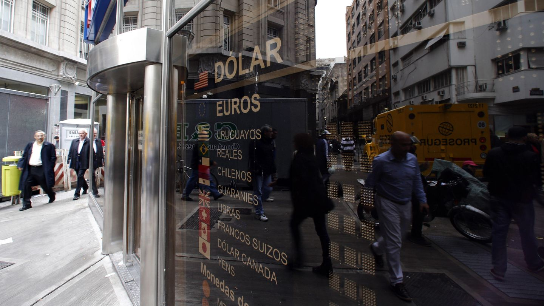 Un panel con los tipos de cambio en el distrito financiero de Buenos Aires. (Reuters)
