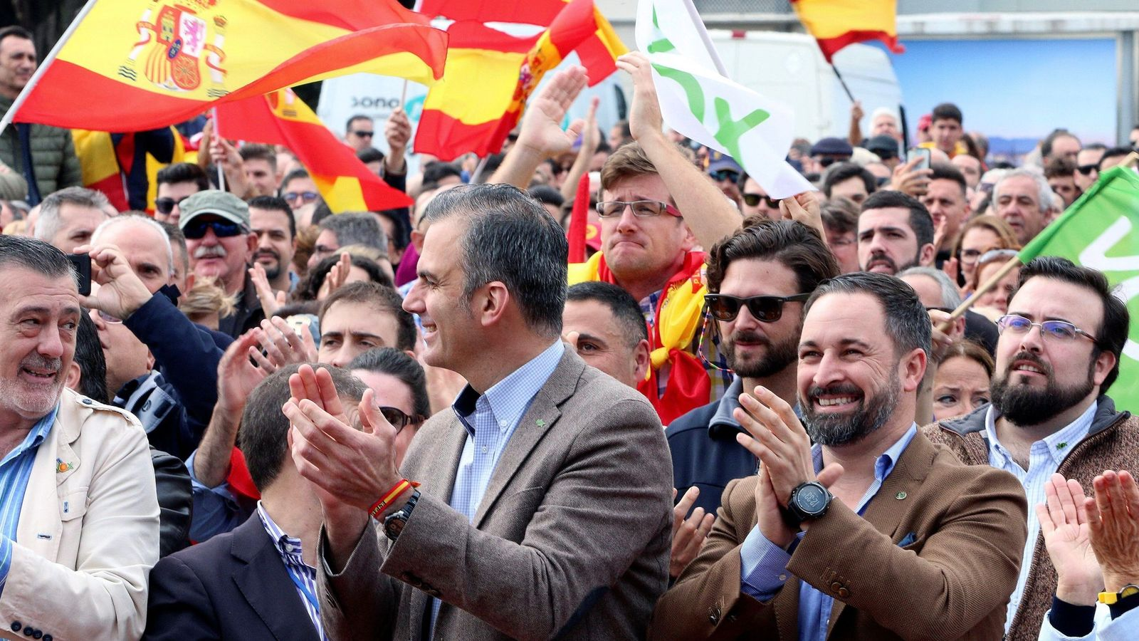 Foto: El presidente de Vox, Santiago Abascal (2d), y el secretario general, Javier Ortega (c). (EFE)