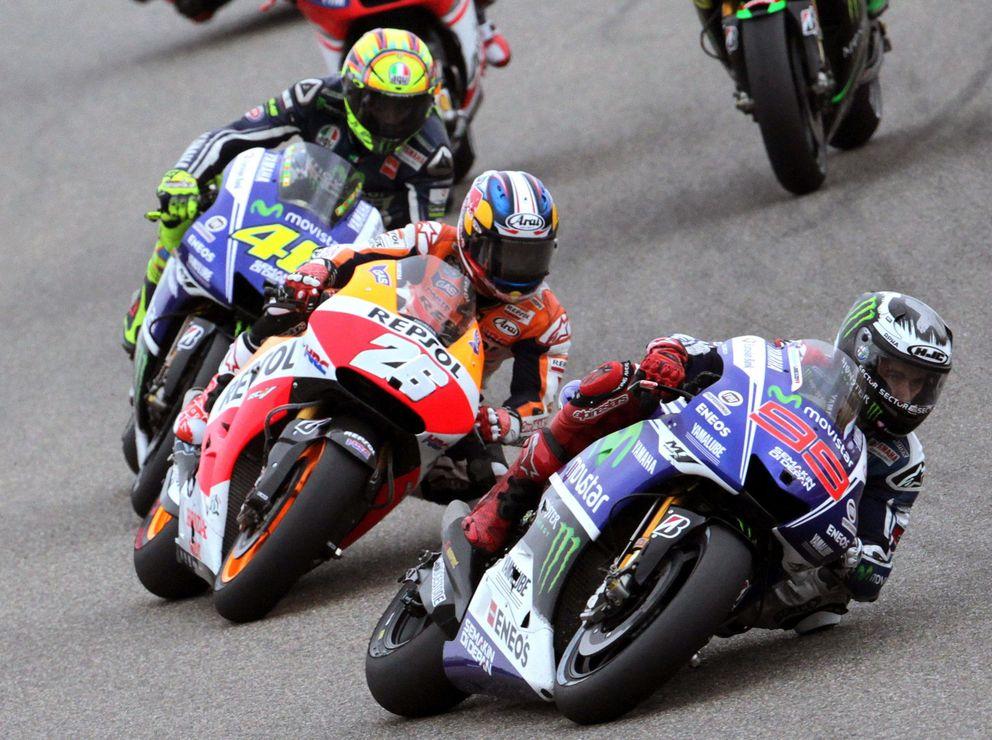 Foto: Jorge Lorenzo seguido por Valentino Rossi y Dani Pedrosa en Motorland (Efe).