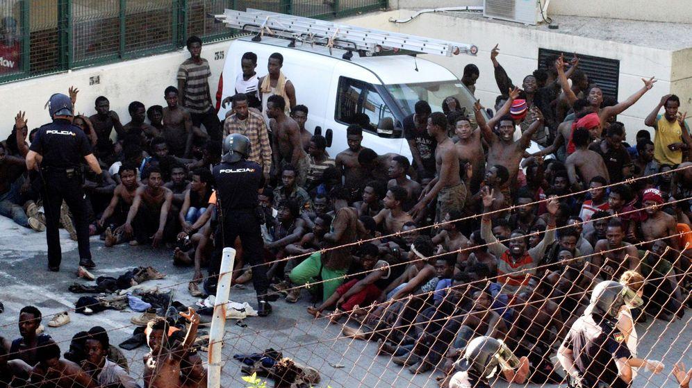 Foto: Inmigrantes subsaharianos logran acceder a Ceuta el 26 de julio de 2018. (EFE)