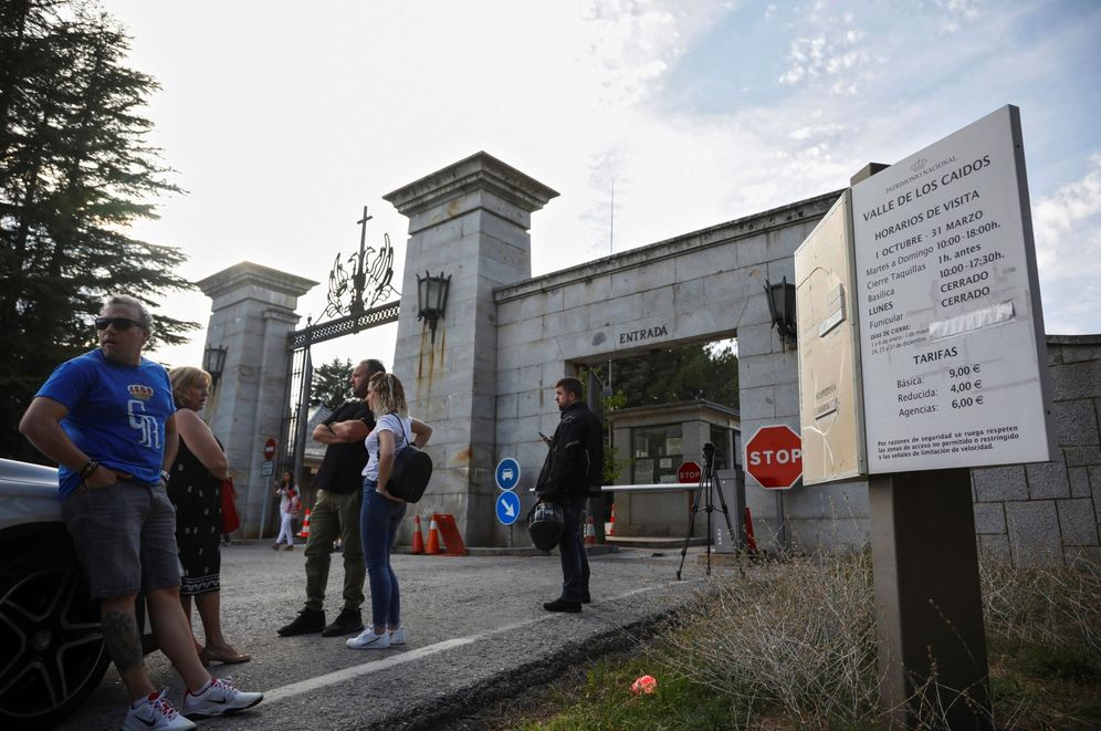 Foto: Decenas de personas se quedan sin acceder al Valle de los Caídos tras el cierre ordenado por el Gobierno, este 11 de octubre. (EFE)