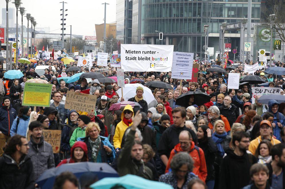 Foto: Manifestantes durante una protesta contra los precios de los alquileres y la gentrificación en Berlín, Alemania, el 14 de abril de 2018. (Reuters)