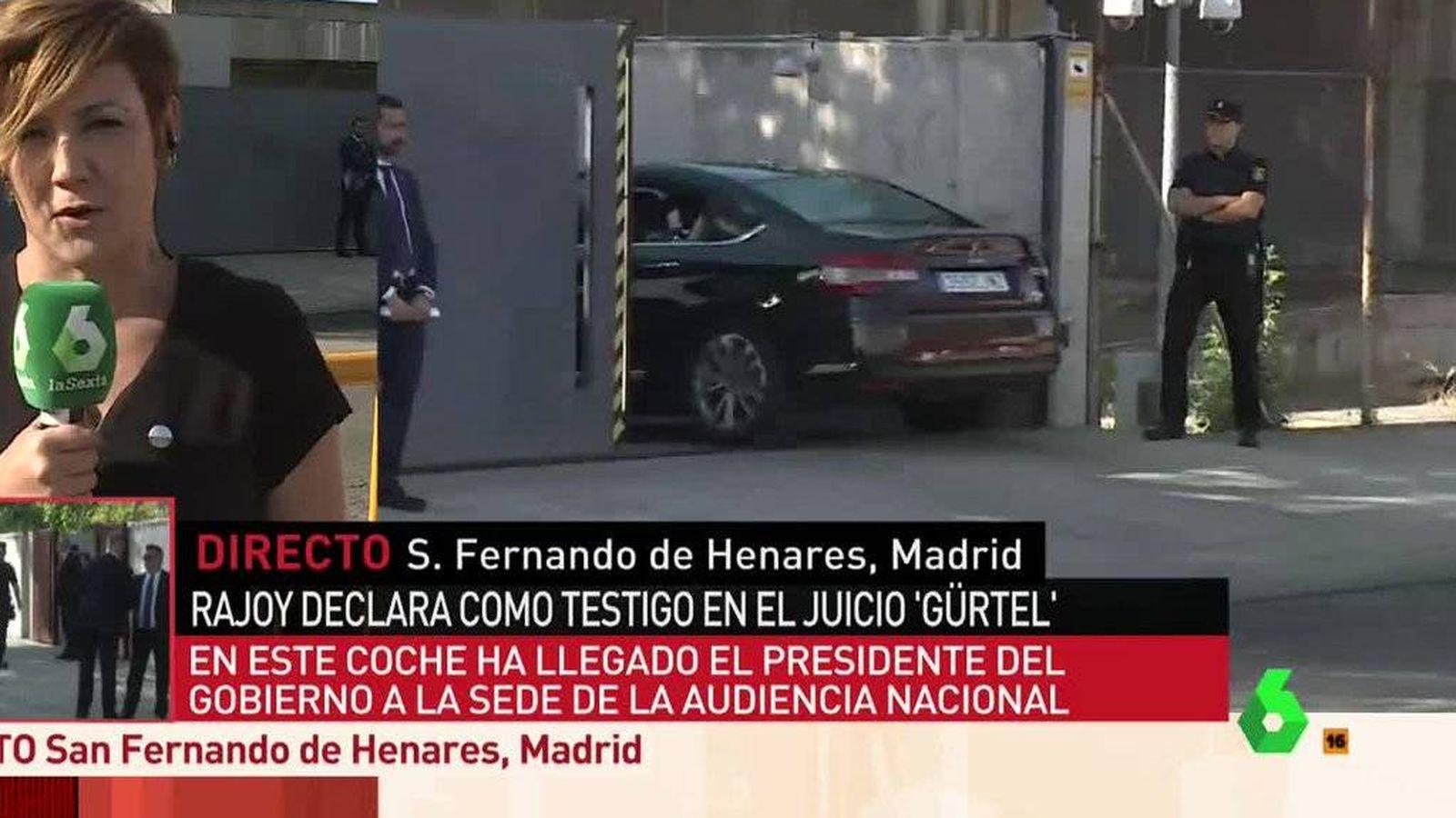 Foto: Cristina Pardo, a las puertas de la Audiencia Nacional cubriendo la declaración de Rajoy.