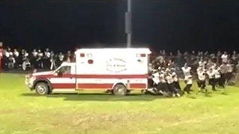 Jugadores de fútbol americano sacan a empujones una ambulancia que había quedado atascada en el campo