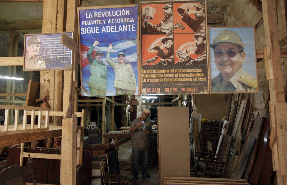 Foto: Carteles con fotografías de Fidel y Raúl Castro ayer, 17 de diciembre, en una carpintería de La Habana (Reuters)