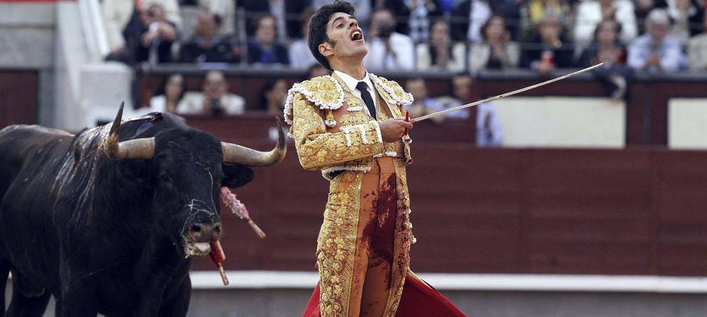 Foto: El diestro Alejandro Talavante con el segundo de su lote. (EFE)