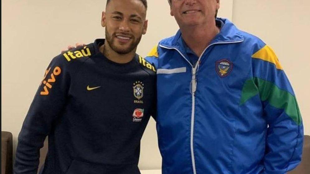 Foto: Jair Bolsonaro, presidente de Brasil, con Neymar tras el partido amistoso disputado en Brasilia.