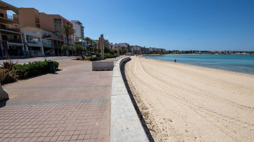 Foto: La playa de Palma, a la altura de El Arenal, completamente vacía. (David Brunat)