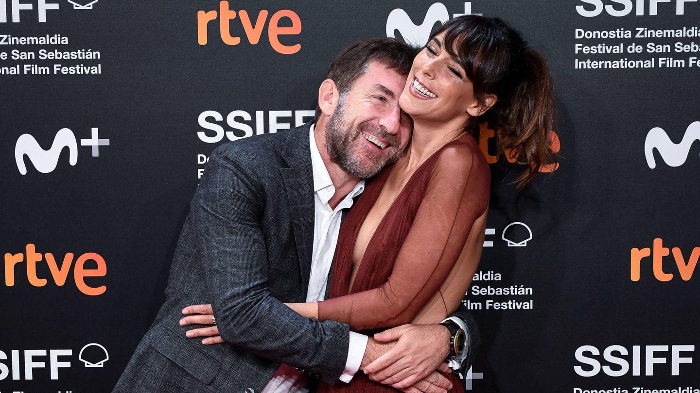 El actor, abrazado a Belén Cuesta. (Getty)